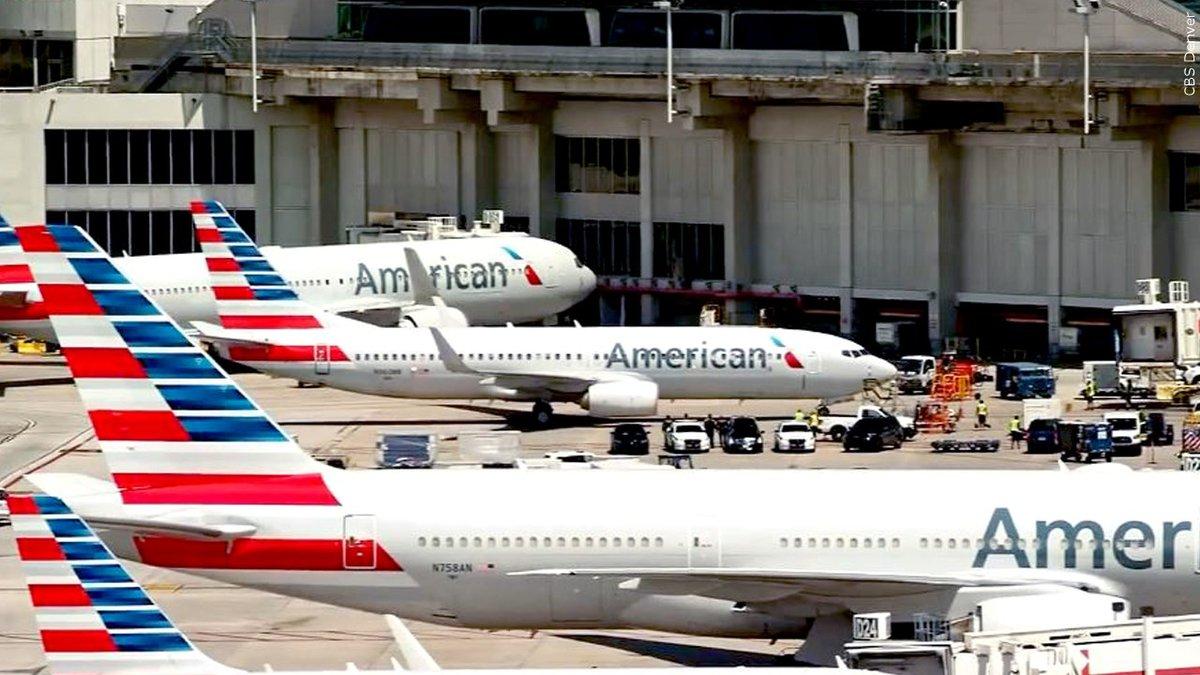 Aviones de American Airlines en muelle de carga.